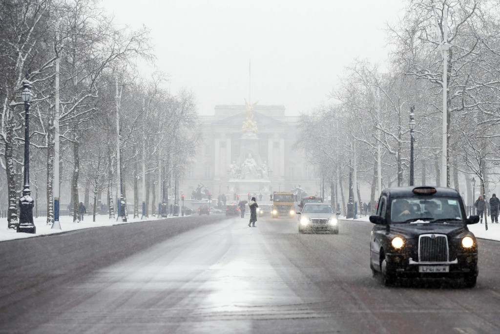 The Mall and Buckingham Palace are seen in the snow central London January 20, 2013.  Reuters/Olivia Harris (BRITAIN  - Tags: ENVIRONMENT CITYSCAPE)