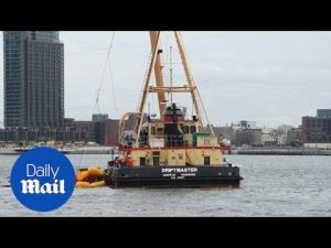 Floating crane moves helicopter after deadly East River crash – Daily Mail